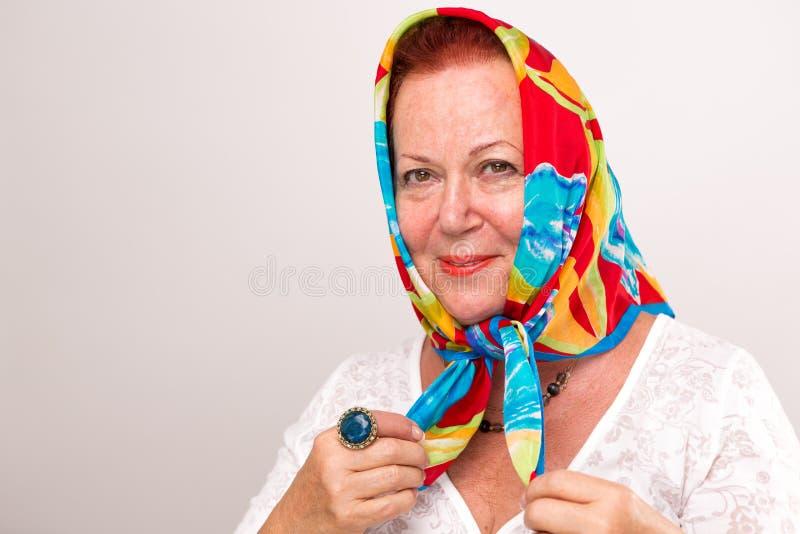 Пожилая женщина с ее головным шарфом стоковое изображение