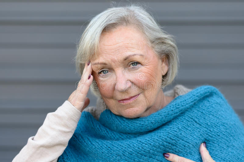 Пожилая элегантная женщина с головной болью стоковые фотографии rf