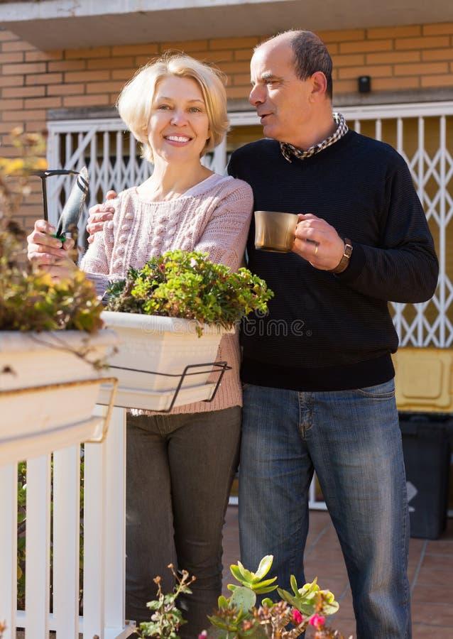 Пожилое cuople говоря на balcon стоковые фотографии rf