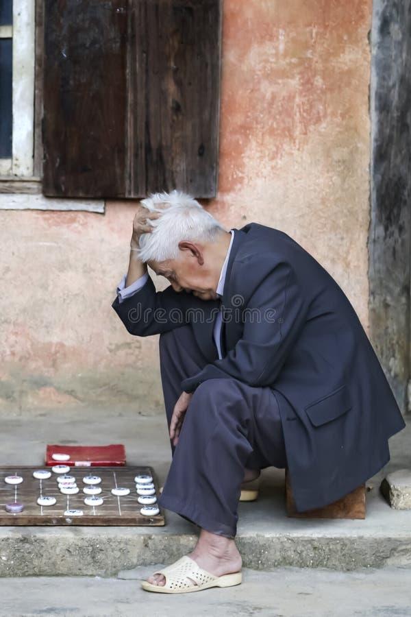 Пожилой въетнамский человек играя Сайгон стоковое фото rf