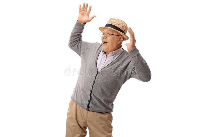 Пожилой человек будучи пуганным что-то стоковое фото rf