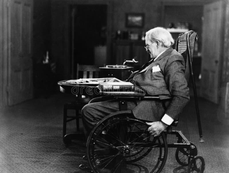 Пожилой человек в кресло-коляске (все показанные люди более длинные живущие и никакое имущество не существует Гарантии поставщика стоковые фотографии rf