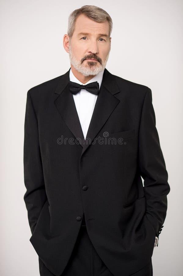 Пожилой человек в элегантное темное официально стоковое изображение rf