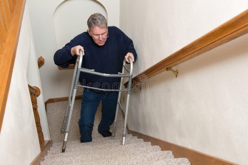 Пожилые лестницы подъема человека, ходок стоковое изображение