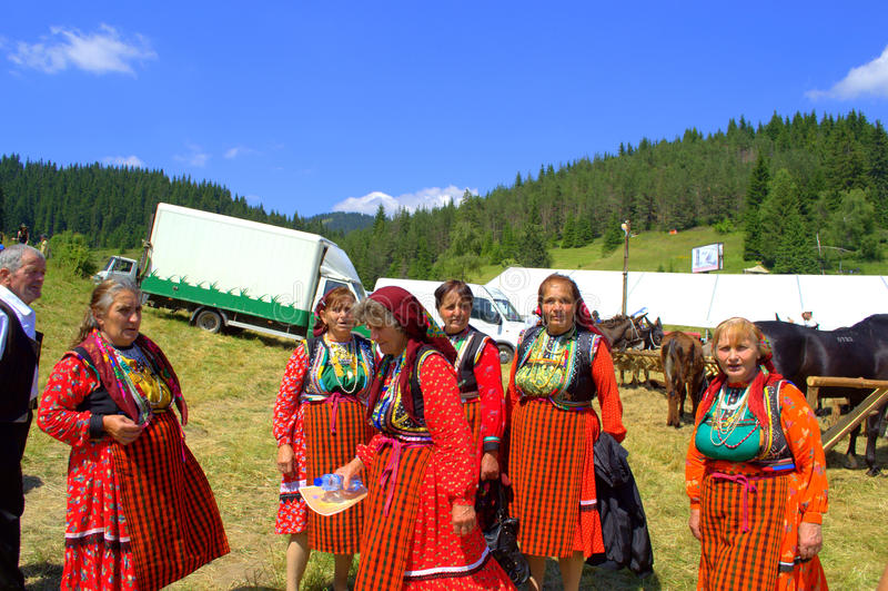 Пожилые женщины в болгарских костюмах стоковые изображения