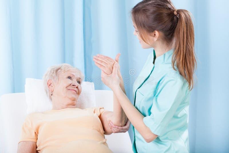 Пожилые женщины имея рассмотрение руки стоковые изображения