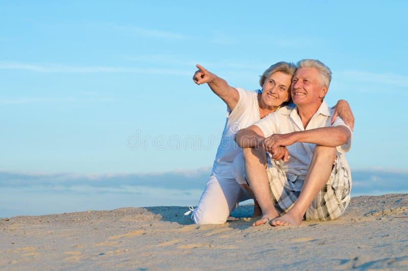 Пожилые пары на пляже стоковое фото rf