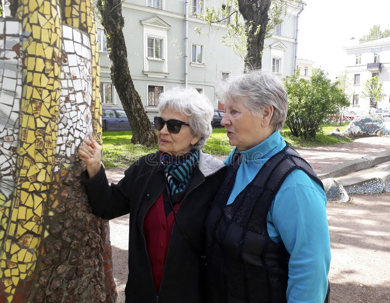 2 пожилых женщины оставаясь и говоря стоковая фотография