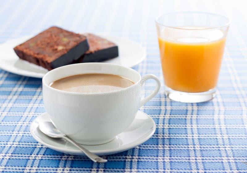 Позавтракайте с кофе, апельсиновым соком и тортом стоковое изображение rf