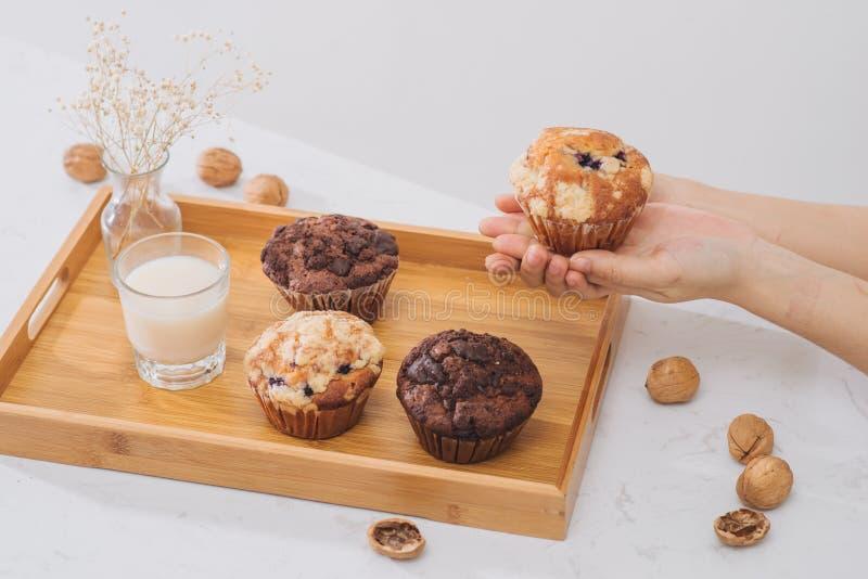 Позавтракайте с свежими домодельными очень вкусными булочками и молоком стоковое фото rf