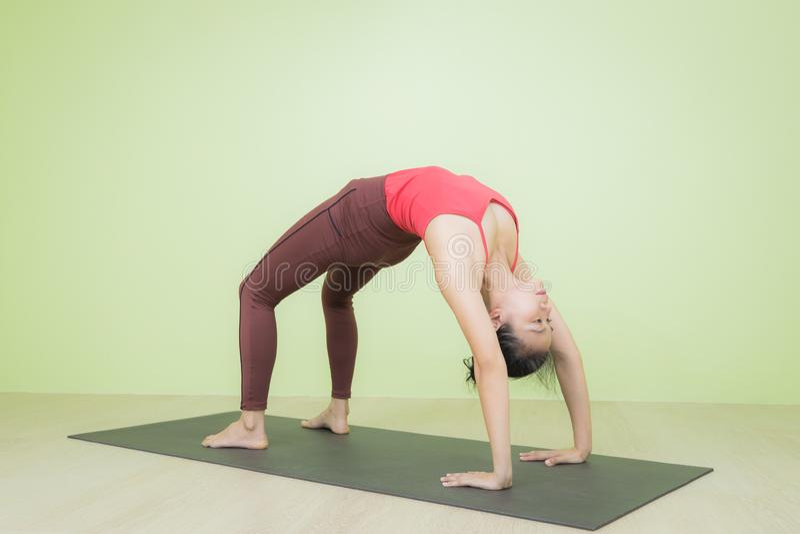 Поза боу-йоги, обращенная вверх стоковые фото