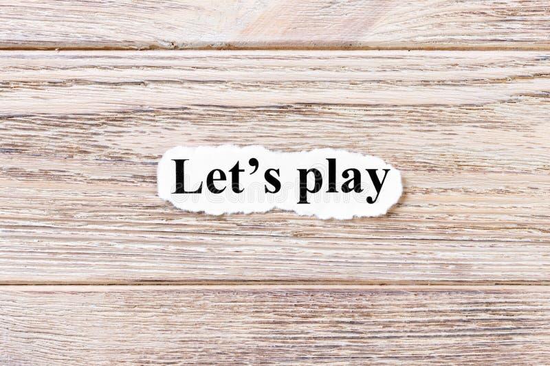 Позволяет игре слова на бумаге Концепция Слова позволяют игре на деревянной предпосылке стоковая фотография rf