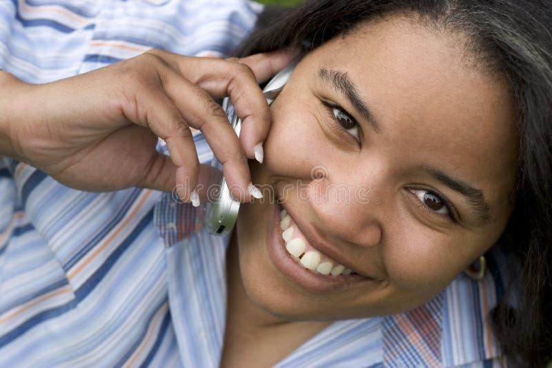 позвоните по телефону женщине стоковая фотография rf
