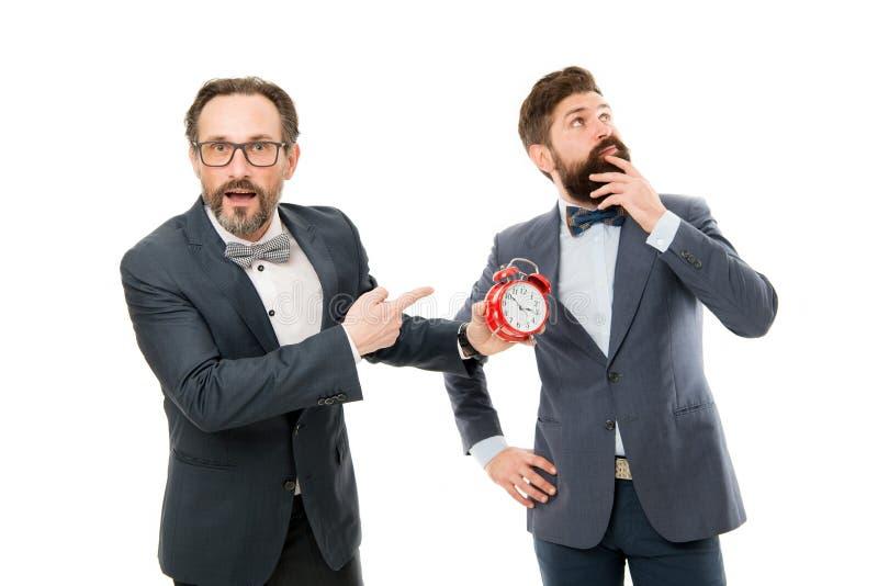 Поздно снова сердитые бизнесмены плохое утро много работа контроль времени зрелые бородатые люди в официальном сигнале тревоги вл стоковое фото rf