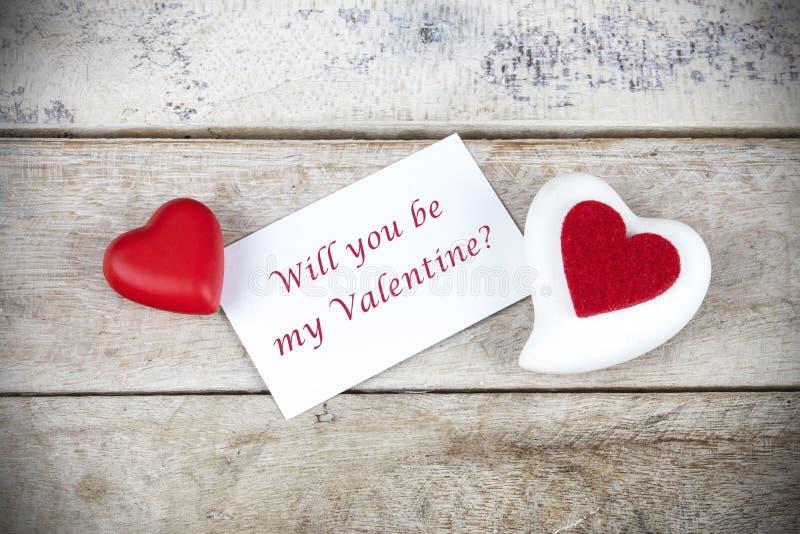 Поздравительная открытка Валентайн на деревянном столе с текстом вы будете моим Валентайн стоковые изображения