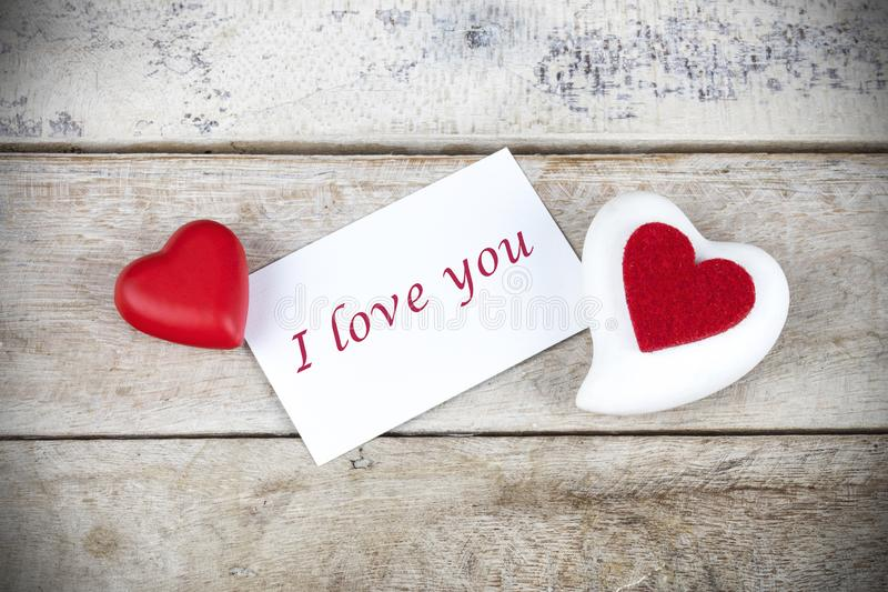 Поздравительная открытка Валентайн на деревянном столе с текстом я тебя люблю стоковое изображение