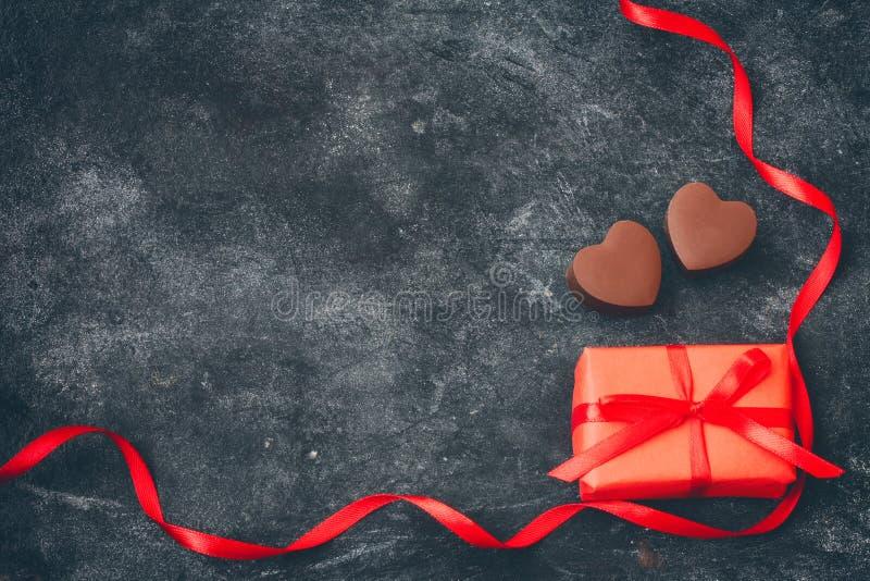 Поздравительная открытка дня валентинок, сердце молочного шоколада, подарочная коробка стоковая фотография rf