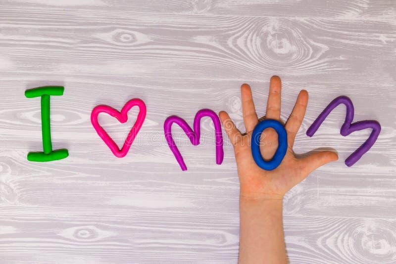 Поздравительная открытка дня матерей с шаблоном текста пластилина Настоящий момент ремесла детей потехи handmade для мамы Для пла стоковое изображение