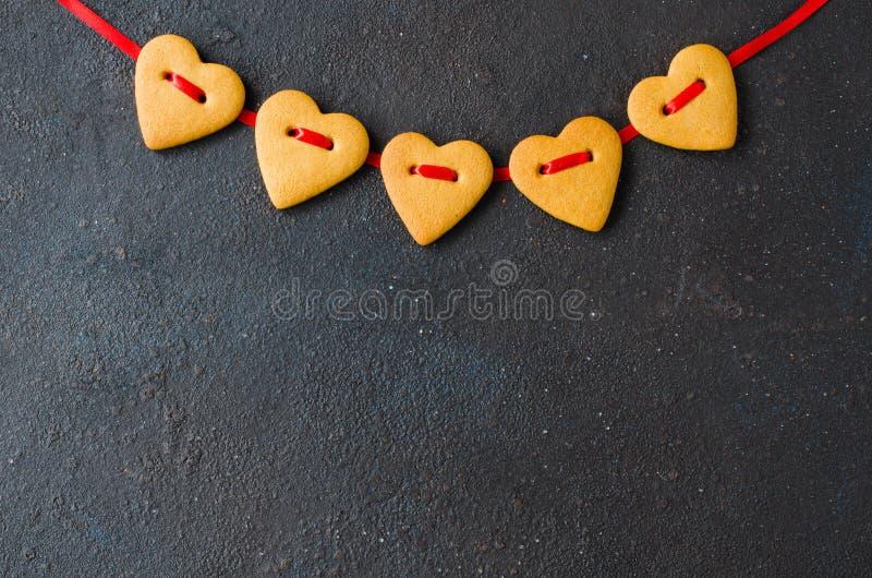 Поздравительная открытка дня Святого Валентина с печеньями пряника в форме сердца стоковое изображение rf