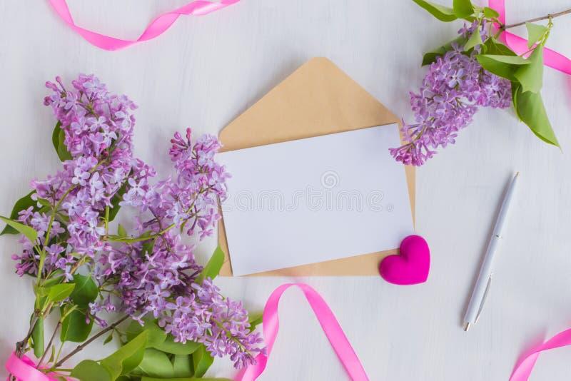 Поздравительная открытка и конверт модель-макета белые стоковое фото rf