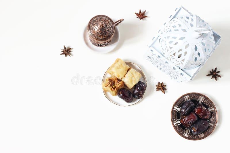 Поздравительная открытка Рамазан Kareem, приглашение Белый фонарик, бронзовая плита с датами плодом, печеньем бахлавы, кофейной ч стоковые изображения rf