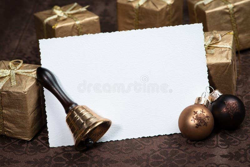 Поздравительная открытка рождества на коричневой предпосылке стоковая фотография rf