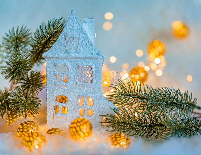 Поздравительная открытка С Новым Годом! и веселое рождество Красивый голубой дом Предпосылка украшения зимы на праздник r стоковое изображение rf