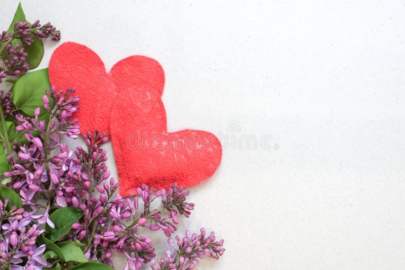Поздравительная открытка с сиренью и сердца на предпосылке старой бумаги для приветствий на праздниках стоковые изображения rf