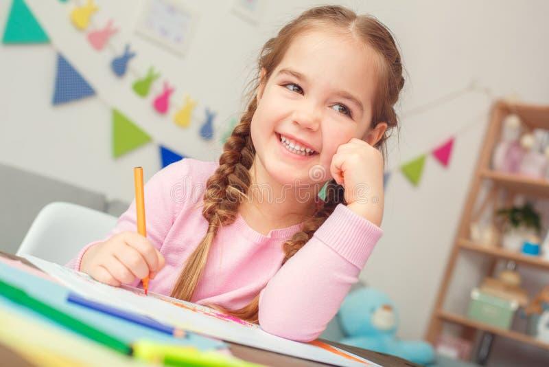 Поздравительная открытка чертежа маленькой милой концепции образования девушки дома сидя для усмехаться пасхи стоковое изображение