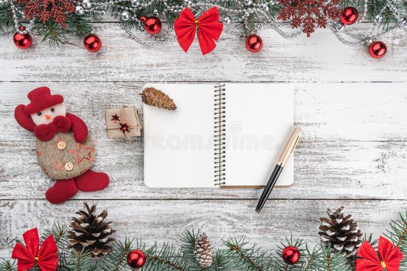 Поздравительная открытка Xmas Старая деревянная предпосылка рождества Гирлянды, безделушки, снежинки и другие детали праздника стоковое фото