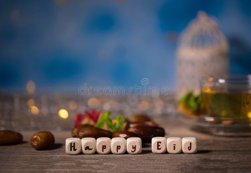 Поздравление СЧАСТЛИВОЕ EID составленное деревянного dices стоковые фото