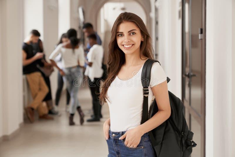 Позитивность и счастливая студентка с рюкзаком стоковое изображение