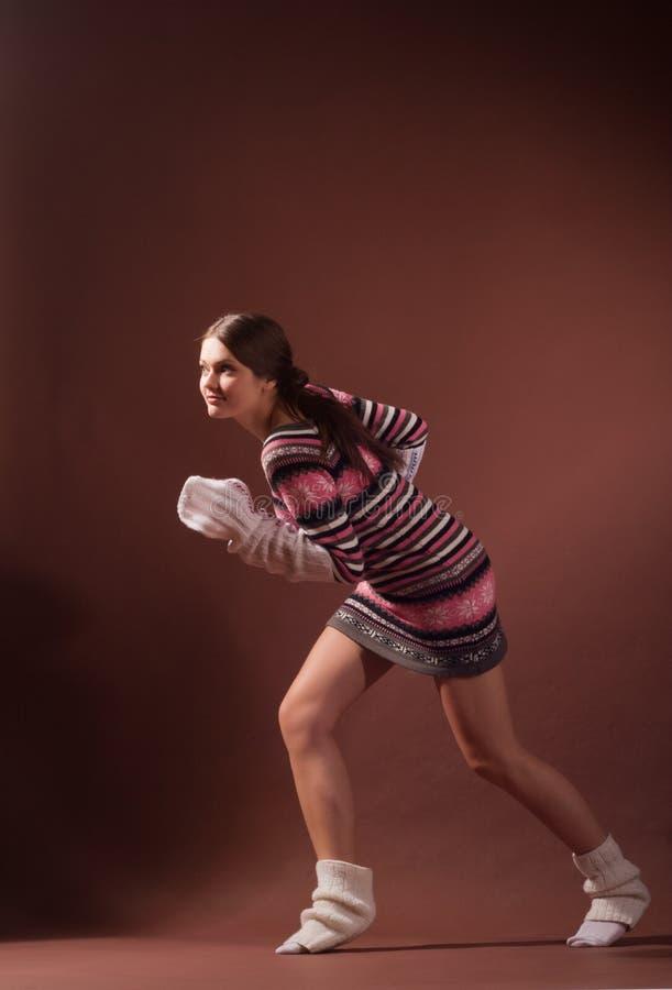 позиция девушки проползать стоковое изображение rf