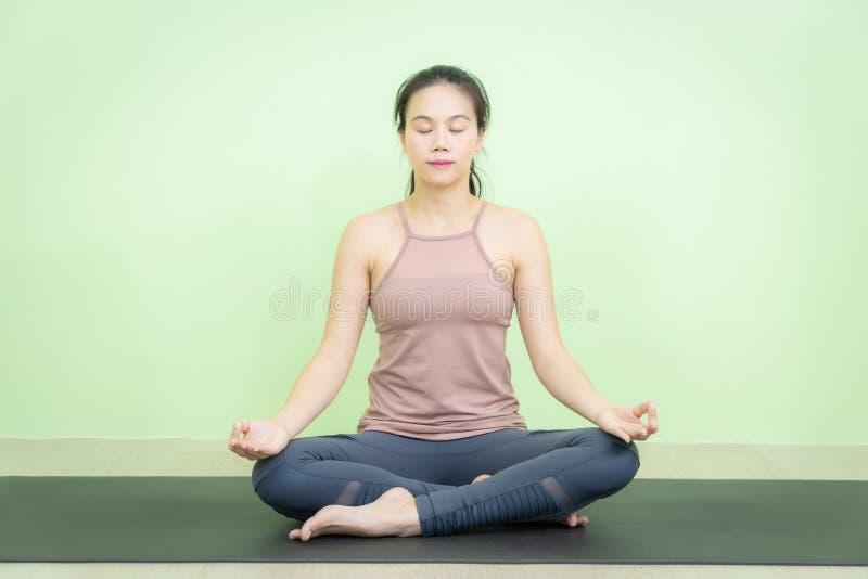 Позиция лотоса meditaion тренировки йоги сидя стоковая фотография rf