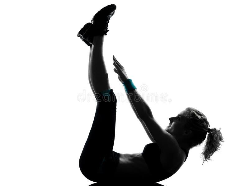позиция пригодности abdominals нажимает поднимает разминку женщины стоковое фото