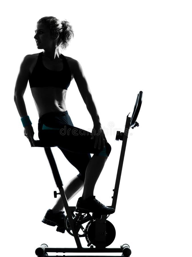 Позиция пригодности разминки женщины велосипед стоковые фото