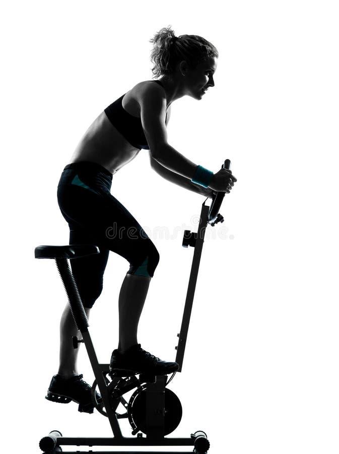 Позиция фитнеса разминки женщины велосипед стоковые фотографии rf