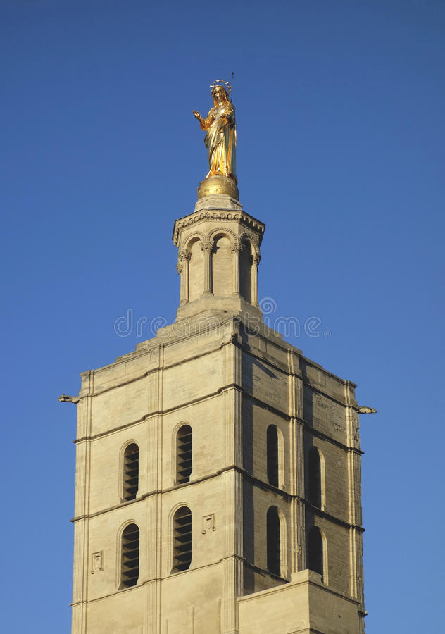 Позолоченная статуя девой марии na górze des дам Notre придает куполообразную форму: собор около папского дворца в Авиньоне стоковые фотографии rf