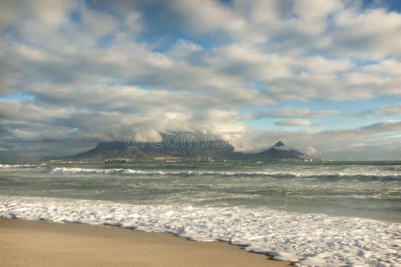 Поздно вечером взгляд горы таблицы, Кейптауна, Южной Африки стоковые фото