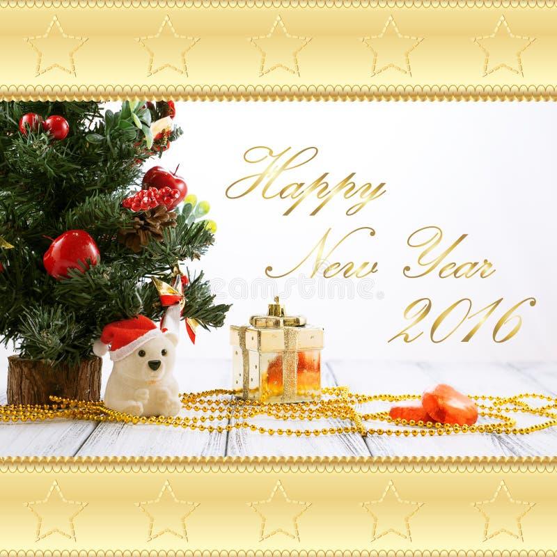 Поздравительная открытка с рождественской елкой, подарочной коробкой золота, шариками, медведем игрушки, конфетами и украшениями  стоковые изображения rf