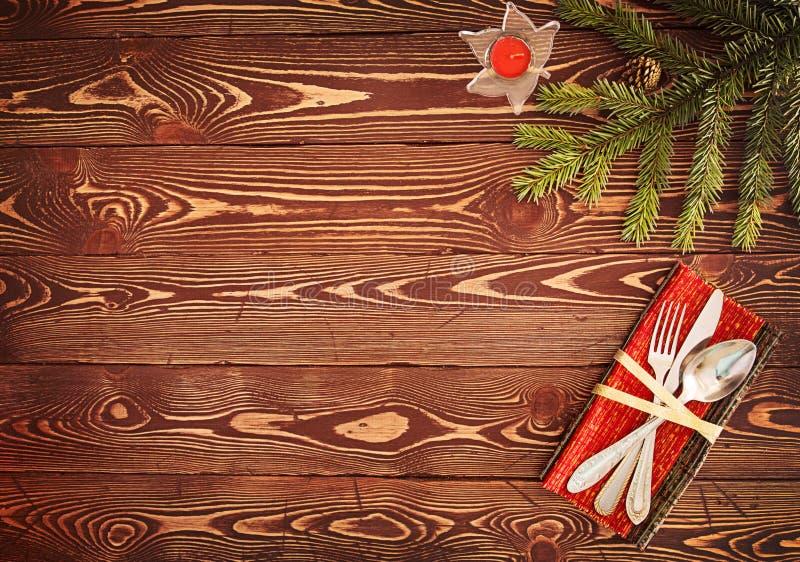 Поздравительная открытка для обедающего ` s Eve Нового Года Silverware на деревянных животиках стоковое фото
