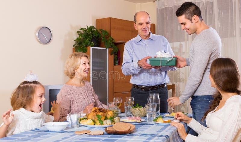 Поздравлению семья heartily дома стоковая фотография