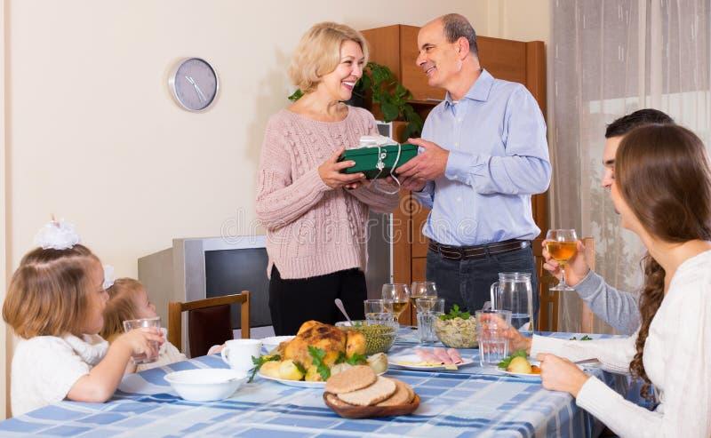 Поздравлению семья heartily дома стоковое фото