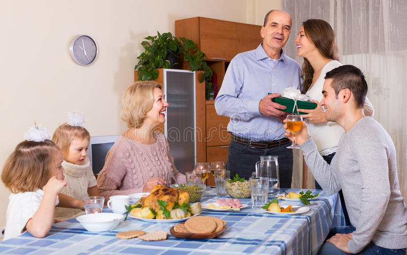 Поздравлению семья heartily дома стоковое фото rf