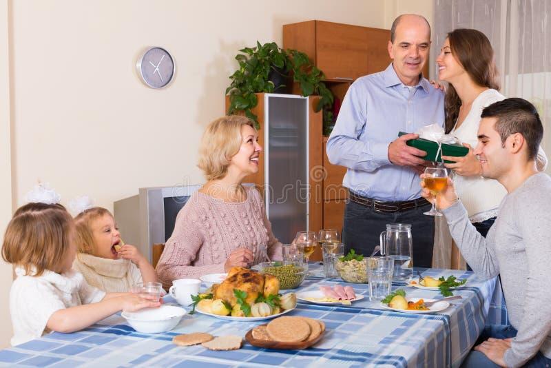 Поздравлению семья heartily дома стоковая фотография rf