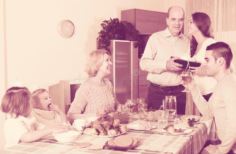 Поздравлению семья heartily дома стоковые изображения