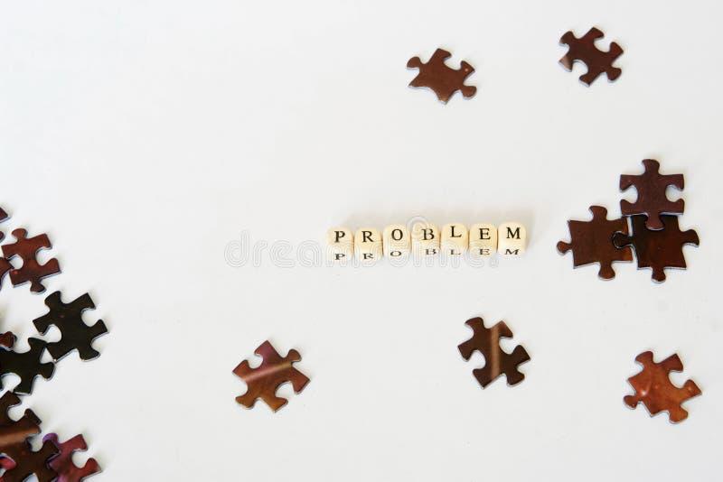 Поиск для отсутствующего деталя Собирая головоломки Решение проблем Возможности из ситуации проблемы стоковое фото rf