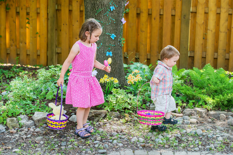 Поиск девушки и мальчика для пасхальных яя стоковые фотографии rf