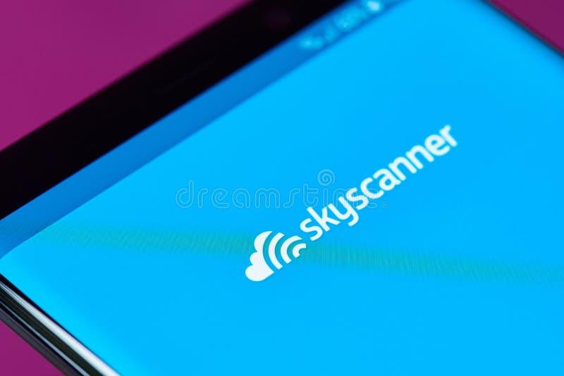 Поиск app полета Skyscanner стоковое изображение rf