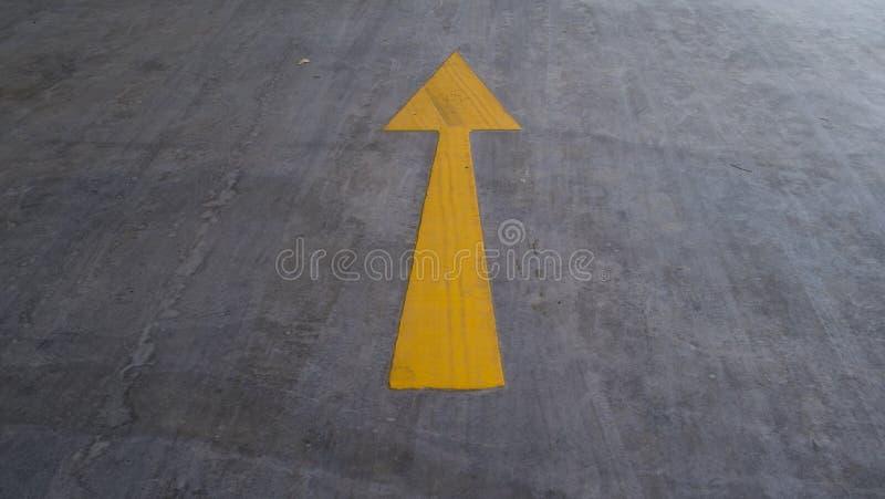 Пойдите вверх по желтому знаку на дороге стоковые изображения